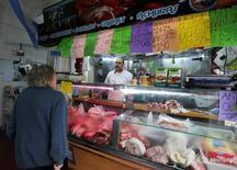 Una persona realizando compras en una carnicería en Buenos Aires, jul 31, 2014. Los precios minoristas de Argentina se incrementaron un 1,2 por ciento en diciembre, dijo el miércoles el Instituto Nacional de Estadística y Censos (Indec), pero el Gobierno no reportó la inflación acumulada en 2016 ante la falta de datos oficiales en los primeros meses de ese año.  REUTERS/Enrique Marcarian/File Photo