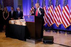 الرئيس الأمريكي المنتخب دونالد ترامب يتحدث في مؤتمر صحفي ببرج ترامب في مدينة نيويورك يوم الأربعاء. تصوير. شانون ستيبلتون - رويترز