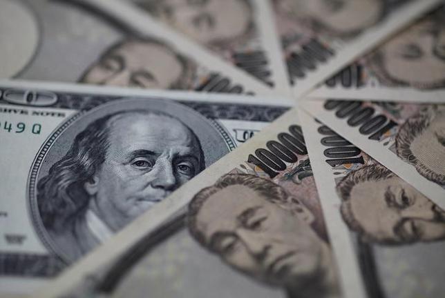 1月11日、終盤のニューヨーク外為市場では、ドルが下落。写真はドルと円の紙幣、2013年2月撮影(2017年 ロイター/Shohei Miyano)