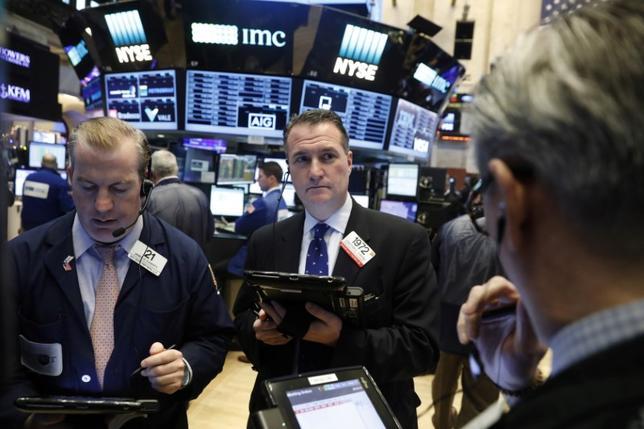 1月11日、米国株式市場は方向感の定まらない展開となり、主要株価指数が上昇して取引を終えた。写真はNY証券取引所のトレーダー、9日撮影(2017年 ロイター/Lucas Jackson)