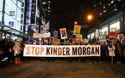 Protesters walk down Robson Street in opposition to Canada's decision to approve Kinder Morgan Inc's pipeline from the Alberta oil sands to the Pacific coast in Vancouver, B.C., Canada, November 29, 2016.  REUTERS/Ben Nelms