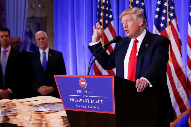 1月11日、トランプ次期米大統領は、当選後初めての記者会見を開き、米国外に雇用を移転する企業に対し「重い国境税」を課すと警告した。写真はニューヨークで会見するトランプ氏(2017年 ロイター/Shannon Stapleton)