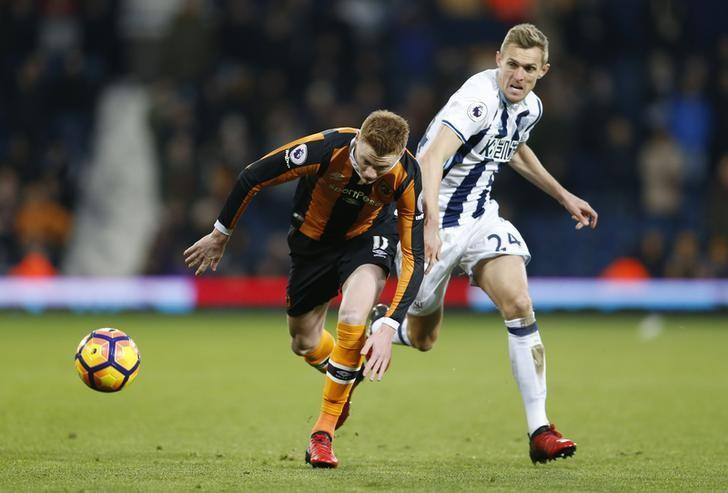Britain Football Soccer - West Bromwich Albion v Hull City - Premier League - The Hawthorns - 2/1/17 West Bromwich Albion's Darren Fletcher in action with Hull City's Sam Clucas  Action Images via Reuters / Matthew Childs Livepic