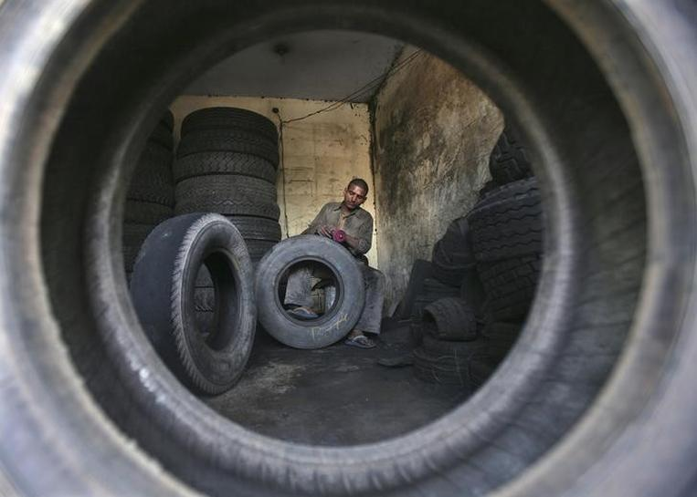 India rubber prices jump to 2-1/2 year high; tyre makers fall