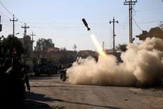 Membros das forças iraquianas lançam foguete contra militantes do Estado Islâmico no distrito de Somer, no leste de Mosul.    11/01/2017         REUTERS/Alaa Al-Marjani