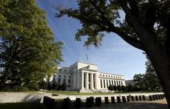 El edificio de la Reserva Federal en Washington, Estados Unidos. 16 de septiembre 2015. La economía de Estados Unidos está ganando fuerza suficiente para permitir tres aumentos de la tasa de interés este año por parte de la Reserva Federal, dijo el jueves el presidente de la Fed de Filadelfia, Patrick Harker. REUTERS/Kevin Lamarque