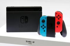 Консоль  Switch от компании Nintendo на презентации в Токио 13 января 2017 года. Новая игровая консоль японской Nintendo Co Ltd <7974.T>, получившая название Switch, поступит в продажу 3 марта и будет стоить в США $299,99, сообщила компания. REUTERS/Kim Kyung-Hoon