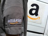 Amazon.com Inc anunció el jueves que planea crear más de 100.000 puestos de trabajo en Estados Unidos, convirtiéndose en la última compañía que anuncia grandes aumentos de personal desde que Donald Trump ganó la elección presidencial en noviembre. En la foto, un conductor de Amazon en Los Angeles el 21 de mayo de 2016. REUTERS/Lucy Nicholson