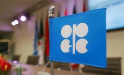 Флаг с логотипом ОПЕК в штаб-квартире картеля в Вене 10 декабря 2016 года. ОПЕК вряд ли в полной мере реализует свои цели, связанные с сокращением нефтедобычи, несмотря на заявление Саудовской Аравии о более сильном, чем планировалось, снижении производства, сообщили представители организации, но соблюдение 80 процентов обещанного станет хорошим результатом, а 50 процентов - приемлемым. REUTERS/Heinz-Peter Bader