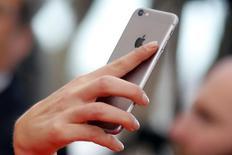 Les utilisateurs de l'iPhone peuvent poursuivre en justice Apple en arguant que le monopole de la firme à la pomme sur son magasin d'applications App Store leur empêche d'acheter des titres moins chers ailleurs. /Photo d'archives/REUTERS/Régis Duvignau