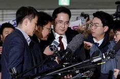 El número uno del grupo Samsung, Jay Y. Lee, abandonó la oficina del fiscal surcoreano el viernes después de más de 22 horas de preguntas sobre sospechas de sobornos, en un escándalo de tráfico de influencias que podría derribar a la presidenta Park Geun-hye.En la imagen, Lee, en el centro, llega para ser interrogado en la oficina del asesor independiente en Seúl el 12 de enero de 2017. REUTERS/Ahn Young-joon/Pool