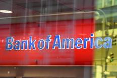 Логотип Bank of America в Нью-Йорке. Bank of America Corp в пятницу сообщил, что его квартальная прибыль выросла на 46,8 процента, дав старт хорошему, как ожидается, сезону отчетности американских банков   благодаря подъему активности на рынке после президентских выборов.  REUTERS/Stephanie Keith