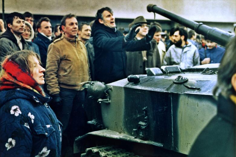 FILE PHOTO: A Group of Lithuanians block a Russian tank outside of Press House in Vilnius two days prior to attack by Russian forces on the TV tower during which 14 people died, January 1991. REUTERS/Peter Andrews/File Photo