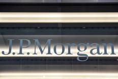 El logo de JP Morgan es visto en la ciudad de Nueva York, Estados Unidos. 10 enero 2017. JPMorgan Chase & Co, el mayor banco de Estados Unidos por activos, anunció el viernes beneficios e ingresos más sólidos de lo esperado, ayudado por un aumento en la actividad de los inversores vinculado a las elecciones presidenciales del país.REUTERS/Stephanie Keith