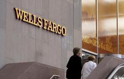 Wells Fargo, numéro un du crédit immobilier aux Etats-Unis a publié vendredi un bénéfice trimestriel en baisse, le cinquième d'affilée. La banque, fragilisée depuis plusieurs mois par l'affaire dite des comptes fantômes, fait face à de multiplies poursuites en justice et une forte baisse de ses ouvertures de compte. /Photo d'archives/REUTERS/Rick Wilking