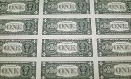 La parte trasera de billetes de un dólar de Estados Unidos se ven durante la producción en la Oficina de Grabado e Impresión en Washington, Estados Unidos. 14 de noviembre 2014.El dólar subía el viernes contra el yen y cotizaba estable ante el euro, rebotando desde el mínimo de cinco semanas tocado en la sesión previa ante ambas divisas, debido a que el dato de ventas minoristas en Estados Unidos aumentó las expectativas de que la Reserva Federal suba las tasas tres veces en el año.       REUTERS/Gary Cameron