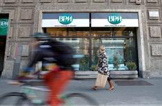 Le parquet de Milan a ouvert une enquête sur des soupçons de manipulation de cours liés à la fusion entre Banca Popolare di Milano et Banco Popolare, qui a créé Banco BPM, nouveau numéro trois du secteur en Italie. /Photo d'archives/REUTERS/Alessandro Garofalo
