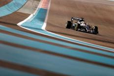 Formula One - F1 - Abu Dhabi Grand Prix - Yas Marina Circuit, Abu Dhabi, United Arab Emirates - 27/11/2016 - Mercedes' Formula One driver Lewis Hamilton of Britain drives during the race. REUTERS/Hamad I Mohammed -