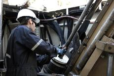 A driller extracts a drill core at an exploration site located north west of Kirkland Lake, Ontario, October 3, 2011.  REUTERS/Euan Rocha