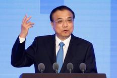 Imagen de archivo del primer ministro de China, Li Keqiang, hablando durante una conferencia de salud en Shanghái, China. 21 de noviembre, 2016. La economía de China enfrentará más presiones y problemas en 2017, con cambios en la política global y desafíos en las reglas económicas que agregarían incertidumbre al panorama, dijo el primer ministro Li Keqiang. REUTERS/Aly Song