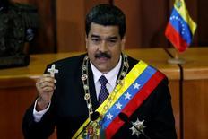 El presidente de Venezuela, Nicolás Maduro, sostiene un crucifijo durante su cuenta pública anual en la sede del principal tribunal del país en Caracas. 15 de enero de 2017. Venezuela enviará la próxima semana a otros países productores de crudo una nueva propuesta para estabilizar el precio internacional del petróleo, que en los últimos dos años se redujo fuertemente, afectando a las naciones exportadoras, dijo el domingo el presidente Nicolás Maduro. REUTERS/Carlos Garcia Rawlins