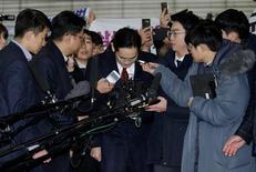 La oficina de los fiscales especiales de Corea del Sur dijo el lunes que está buscando una orden judicial para detener al jefe de Samsung Group, el mayor conglomerado del país, acusándolo de haber pagado sobornos por varios millones de dólares a una amiga de la presidenta Park Geun-hye, En la imagen, Jay Y. Lee llega a declarar  en Seúl, el 12 de enero de 2017. REUTERS/Ahn Young-joon/Pool