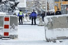 Polícia suíça vasculha exterior do centro de convenções onde acontece anualmente o Fórum Econômico Mundial, em Davos, na Suíça. 16/01/2017  REUTERS/Ruben Sprich