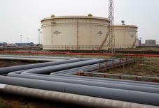 Нефтехранилища на НПЗ Essar Oil в Вадинаре, Индия. 4 октября 2016 года. Цены на нефть снизились в ходе вечерних торгов в понедельник из-за сохраняющихся сомнений в следовании производителями глобальному пакту о сокращении добычи и прогноза роста производства в США в этом году. REUTERS/Amit Dave/File Photo