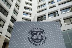 Логотип МВФ на территории штаб-квартиры организации в Вашингтоне. 9 октября 2016 года. Международный валютный фонд (МВФ) пересмотрел прогноз роста экономики США в 2017-2018 годах в сторону повышения с учетом планов избранного президента Дональда Трампа в отношении расходов и сокращения налогов, но этот результат во многом будет нивелирован ослаблением экономик ряда развивающихся рынков, считают эксперты организации. REUTERS/Yuri Gripas