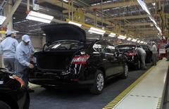 Empleados trabajan en la línea de producción de Nissan en la planta de Aguascalientes, México. 12 de noviembre 2013.El presidente electo de Estados Unidos, Donald Trump, advirtió a las automotrices alemanas de que impondrá un impuesto fronterizo del 35 por ciento a los vehículos importados al mercado estadounidense desde México.REUTERS/Henry Romero