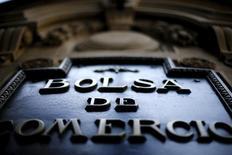 El logo de la Bolsa de Comercio de Santiago en su edificio en Santiago, sep 1, 2015. La minorista chilena SMU, una de las mayores cadenas de supermercados del país, lanzó el lunes una postergada oferta pública de acciones tanto para el mercado local como para el externo, una operación con la que busca reducir deuda y financiar capital de trabajo.   REUTERS/Ivan Alvarado