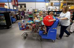 Wal-Mart Stores a annoncé mardi son intention de créer quelque 10.000 emplois aux Etats-Unis cette année, grâce à l'ouverture ou à la rénovation de ses magasins, ainsi que des investissements dans le commerce électronique. /Photo d'archives/REUTERS/Rick Wilking