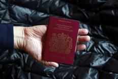 L'annonce de la Première ministre Theresa May que le Royaume-Uni va sortir du marché intérieur européen signifie que les banques britanniques ne bénéficieront plus du passeport européen et que les échanges seront plus coûteux, a déclaré mardi un diplomate français. /Photo d'archives/REUTERS/Cathal McNaughton