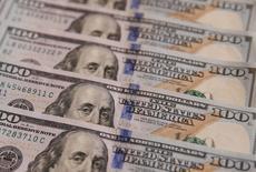 Долларовые купюры в Киеве 31 октября 2016 года. Доллар взял небольшую передышку в среду после падения до минимума семи недель к иене, в то время как инвесторы ожидают выступления главы ФРС Джанет Йеллен, посвящённого денежно-кредитной политике. REUTERS/Valentyn Ogirenko/Illustration