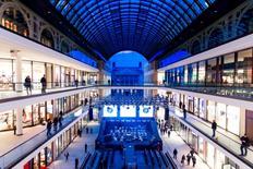Los precios al consumo en Alemania subieron en diciembre un 1,7 por ciento en términos interanuales, dijo el miércoles la Oficina Federal de Estadística, confirmando una estimación presentada a principios de año. En la imagen, vista general de un centro comercial de Berlín el 24 de septiembre d e 2014.  REUTERS/Thomas Peter/File Photo