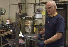 Un empleado en la planta manufacturera RoMan Manufacturing en Grand Rapids, EEUU, dic 7, 2016. La producción industrial en Estados Unidos repuntó en diciembre debido al mayor salto en la actividad de energéticas desde 1989, por una baja de las temperaturas en todo el país.  REUTERS/Nick Carey