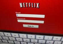 Netflix a dit mercredi avoir engrangé au quatrième trimestre 2016 bien plus d'abonnés que prévu, signe que la stratégie d'expansion mondiale du service de vidéo en ligne américain semble couronnée de succès, ce qui entraîne une hausse de quelque 8% de l'action du groupe en après-Bourse. /Photo d'archives/REUTERS/Mike Blake