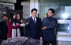 Un tribuna de Corea del Sur rechazó el jueves otorgar una orden de arresto contra el jefe de Samsung Group, el mayor conglomerado del país, en el marco de un escándalo de sobornos que ha llevado a la celebración de un juicio político contra la presidenta Park Geun-hye. En la imagen, el jefe de Samsung Group, Jay Y. Lee, sale del centro de dentención en Uiwang, Corea del Sur, el 19 de enero de 2017.    Park Ji-hye/News1 via REUTERS