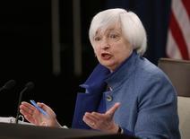 """Джанет Йеллен выступает на пресс-конференции после заседания ФРС. Постепенное повышение ставки ФРС """"оправданно"""", поскольку американская экономика близка к полной занятости, а инфляция движется к целевым 2 процентам, сказала глава регулятора Джанет Йеллен в среду.  REUTERS/Gary Cameron"""