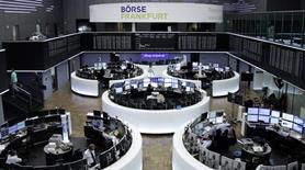 Las bolsas europeas subían el jueves en las primeras operaciones del día cuando las acciones de Zodiac Aerospace se disparaban después de la oferta de adquisición de la francesa Safran mientras que Moneysupermarket.com saltó tras el anuncio de sus resultados. En la foto, operadores en la bolsa de Fráncfort el 16 de enero de 2017. REUTERS/Staff/Remote