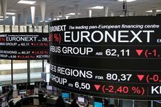 Парижская фондовая биржа. Европейские фондовые рынки снижаются в четверг, однако бумаги Zodiac Aerospace подскочили после того, как Safran выдвинул $9-миллиардное предложение о покупке производителя пассажирских кресел, а акции Moneysupermarket.com выросли благодаря оптимистичному квартальному отчёту.  REUTERS/Benoit Tessier