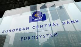El Banco Central Europeo dejó el jueves los tipos de interés y los principales parámetros de su plan de compra de activos sin cambios, tal y como se esperaba, manteniendo unos estímulos sin precedentes para apuntalar la lenta pero sostenida recuperación  estable del bloque. En la imagen, el logo del Banco Central Europeo (BCE) en su sede en Fráncfort, Alemania, el 8 de diciembre de 2016.  REUTERS/Ralph Orlowski