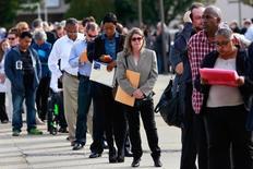 Personas esperan para entrar a una feria de trabajo en Uniondale, Nueva York  7 de Octubre, 2014.El número de estadounidenses que presentaron nuevas solicitudes de subsidios por desempleo cayó inesperadamente la semana pasada y se ubicó cerca de los niveles más bajos en décadas.REUTERS/Shannon Stapleton/File Photo