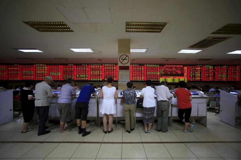 2015年9月7日,中国上海,一家券商营业部内股民在查看股票信息。REUTERS/Aly Song