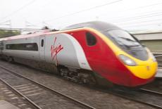 Un train à grande vitesse de Virgin trains près de Londres. La Grande-Bretagne a ouvert vendredi l'appel d'offres d'un contrat ferroviaire de 2,75 milliards de livres portant sur la construction d'une flotte de trains qui emprunteront une ligne à grande vitesse entre Londres et le nord de l'Angleterre, dont le chantier doit commencer cette année. /Photo d'archives/REUTERS/Neil Hall