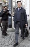 Un fiscal italiano pidió penas de cárcel de hasta tres años para cinco directivos de la agencia de calificación Standard & Poor's por supuesta manipulación de los mercados, según informó un tribunal el viernes. En esta imagen de archivo, el fiscal italiano Michele Ruggiero sale de las oficinas de Standard & Poors en Milán, Italia, el 19 de enero de 2012. REUTERS/Alessandro Garofalo