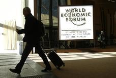 Un asistente abandona una de las sedes del Foro Económico Mundial en Davos, Suiza, 17 de enero de 2017. REUTERS/Ruben Sprich