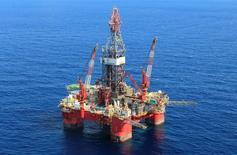 Глубоководная нефтяная платформа Centenario в Мексиканском заливе. Цены на нефть немного снизились в ходе утренних торгов в понедельник, в фокусе инвесторов - прогноз роста добычи в США. REUTERS/Henry Romero