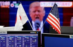 Флаги Японии и США напротив монитора с изображением Трампа. Не успел Дональд Трамп вступить в должность президента США, как главы нескольких компаний, входящих в индекс S&P 500, выразили оптимизм по поводу того, что обещанные им снижение налогов, увеличение расходов и дерегулирование способствуют повышению корпоративных прибылей.  REUTERS/Toru Hanai