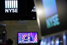 Трансляция выступления Дональда Трампа на экране телефизора, находящего в помещении Нью-Йоркской фондовой биржи 27 декабря 2016 года. Вступление Дональда Трампа в должность президента США ознаменовало новую эру для финансовых рынков, и, если руководствоваться историческими примерами, грядущий месяц будет тревожным для Уолл-стрит, но благоприятным для доллара. REUTERS/Andrew Kelly